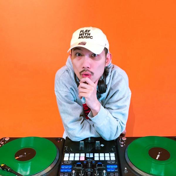 大家好,我是DJ QuestionMark,歡迎來找我錄製影片喔! 不論是祝賀、感謝、道歉、求婚、告白等各種重要時刻,任何你想說的或是不敢表達的,都可以由我來錄製專屬影片,替值得紀念的每一刻留下美好回憶!  DJ/長笛手/音樂製作人 英國金匠大學音樂碩士  DMC 世界 DJ 大賽台灣冠軍,也曾獲金曲獎最佳製作人及金音獎最佳樂團提名 他的現場演出以創意文明,招牌的長笛、刷碟、DJ 合一的演出方式獨步全球。除了音樂上的成就,合作更跨足時尚、運動、劇場等不同領域。  [虛空雷神獸](https://youtu.be/TscEdb2c_vY) [吃飯睡覺打電動](https://youtu.be/Ce3ohzPBkmc)